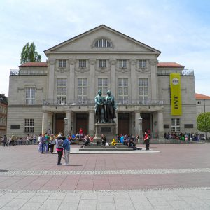 Weimar - Deutsches Nationaltheater mit Goethe-Schiller-Denkmal